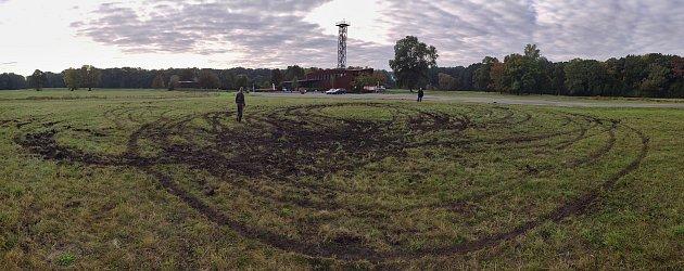 Kruhy vtrávníku ihromadu odpadků po sobě nechali vandalové vareálu Slovanského hradiště vMikulčicích.