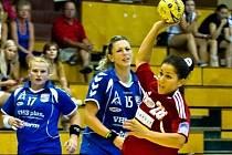 Házenkářky Veselí nad Moravou Jitka Tomečková (uprostřed) s Romanou Chrenkovou (vlevo) přihlížejí, jak jedna z hráček Dusla střílí gól.