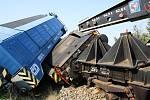 Ve Vnorovech vykolejil i železniční jeřáb, který pomáhal odstraňovat následky vlakového neštěstí.