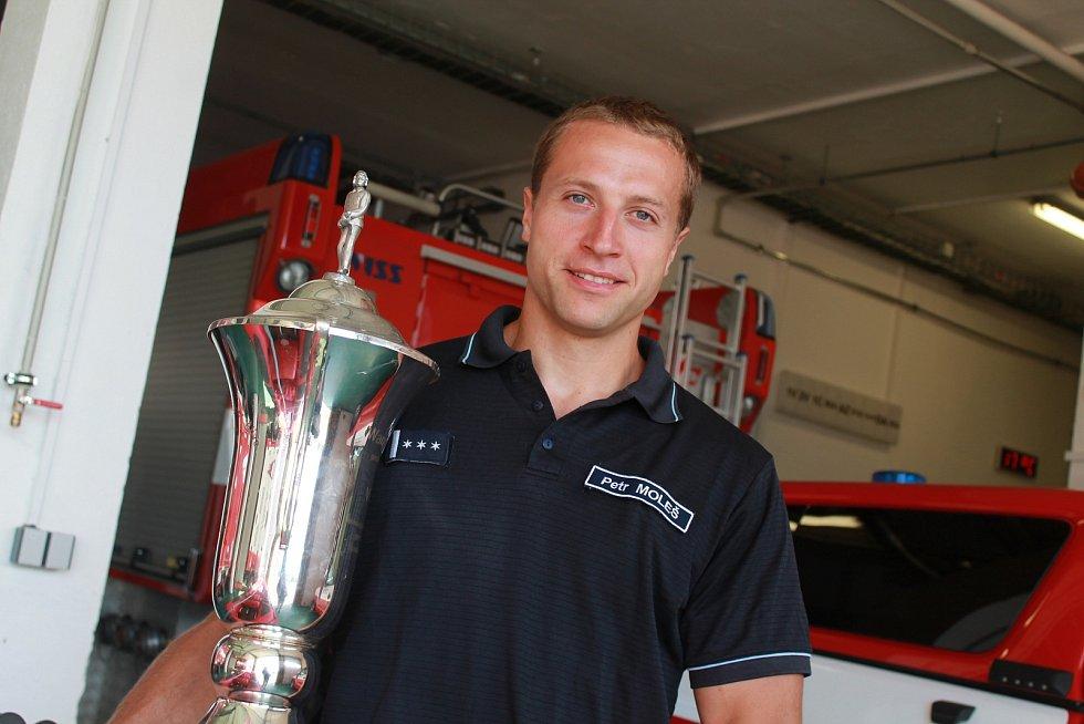 Petr Moleš s trofejí z červnové soutěže Nejtvrdší hasič přežívá v německém Mönchengladbachu, odkud si přivezl titul mistra Evropy.