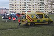 Záchranářský vrtulník přilétl pro zraněného dělníka.