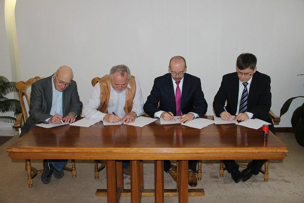 Kyjov – Podpis smlouvy o nákupu areálu mlékáren.