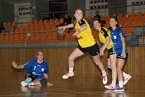 Mladá slovenská střelkyně Simona Višňovská (u míče) zaznamenala proti Velké Bystřici čtyři branky. Házenkářky Hodonína nad soupeřem z Hané zvítězily 32:21.
