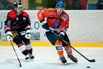 Hodonínští hokejisté zdolali v derby brněnskou Techniku 2:0. Slušným výkonem se v sobotním utkání blýskl i mladý útočník Vít Černohous (vpravo). Kapitán juniorky SHK nastoupil ve třetí formaci Drtičů a vedl si dobře.