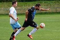 Fotbalisté FC Veselí nad Moravou (v bílých dresech) porazili v 5. kole první A třídy Kyjov 3:0. Domácí rozhodli derby třemi brankami v prvním poločase.