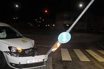 Mladý řidič vyjel v Kyjově z kruhové křižovatky a naboural do veřejného osvětlení.