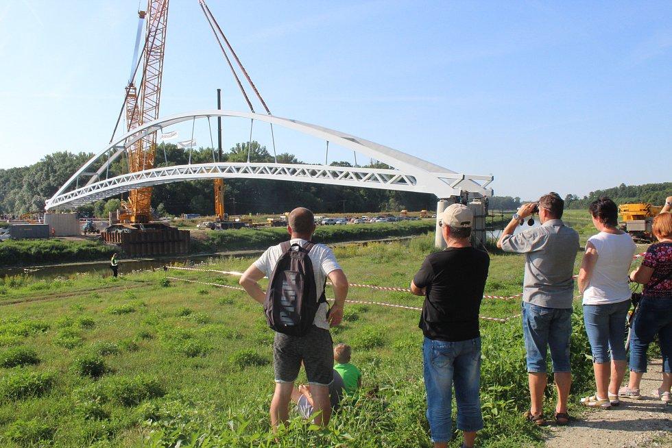 Usazování nové lávky přes řeku Moravu spojující Slovanské hradiště v Mikulčicích a slovenské Kopčany.