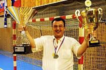 Prezident HK Britterm Veselí nad Moravou Jiří Janda pózuje s poháry pro vítěze WHIL.