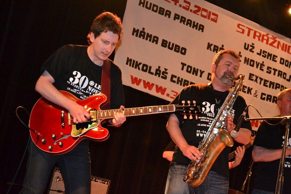 Kapela Krásné nové stroje oslavila na pódiu ve Strážnici 30 let koncertování.
