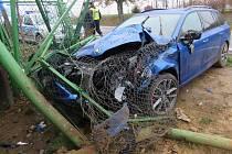 Nepozorná řidička nahrazila do plotu. Vyvázla s lehkým zraněním.