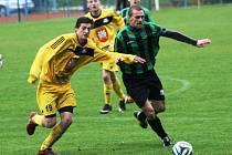 Hodoníský stoper Petr Spazier (vpravo) odehrál proti Velkému Meziříčí výborné utkání.