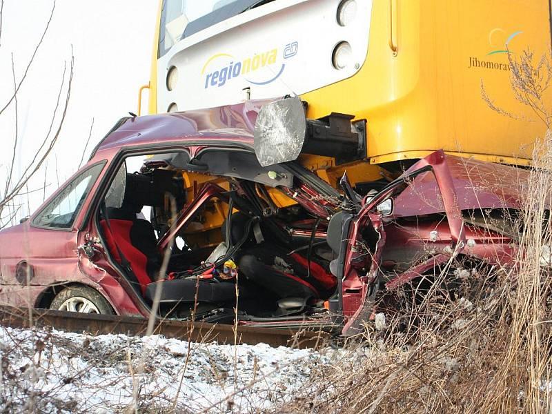 Řidič, jenž nerespektoval značku na železničním přejezdu, zahynul pod vlakem.