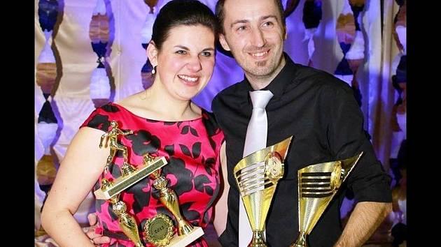 Známý rohatecký vytrvalec Luděk Durďák pózuje s trofejemi i manželkou Dominikou.