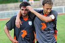 Kapitán Vracova Aleš Vybíral utěšuje svého mladšího spoluhráče Radka Žurovce, který se o prázdninách vážně zranil.