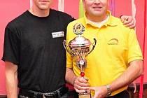 Kyjovský jezdec Dušan Novosád (vlevo) a Miroslav Frodl z Motoklubu Kyjov s pohárem za druhé místo v kategorii 125 GP.