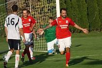 Fotbalisté Šardic (v červených dresech) přestříleli v prvním předkole krajského poháru rivala z Kyjova 5:4 a postoupili do další fáze jihomoravské soutěže.