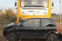 Střet osobního vlaku s osobním autem na železničním přejezdu ve Veselí nad Moravou zaměstnal hasiče, policisty i záchranáře.