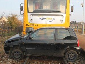 Osobní vlak se na přejezdu srazil s autem. Pro zraněnou ženu letěl vrtulník