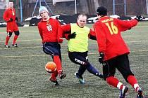 Fotbalisté Žádovic (v červeném) nestačili na zimním turnaji v Kyjově na Mokrý Háj. Slovenskému týmu podlehli ve vyrovnaném zápase 1:2.