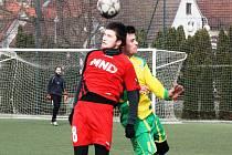 Fotbalisté Hodonína v zimní přípravě zdolali sousední Mutěnice 3:2. Pikantní duel odehrál hlavně hostující záložník Radim Holešinský (v červeném dresu), kterého kamarádi a bývalí spoluhráči nijak nešetřili.
