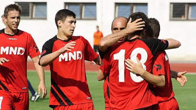 Hodonínští fotbalisté splnili povinnost, když ve 29. kole divize D přehráli Pelhřimov jasně 4:1.