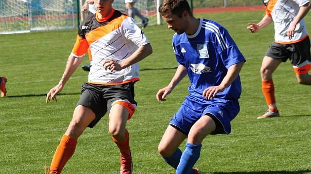 Rohatečtí fotbalisté (v modrých dresech) doma na hody remizovali s Kyjovem 1:1.