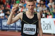 Dvacetiletý hodonínský běžec Filip Sasínek v Dolních Bojanovicích opět po roce ovládl Burčákovou šestku.
