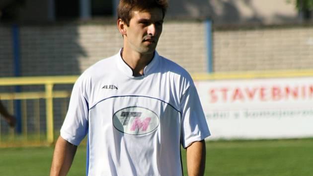 Záložník Martin Kordula (na snímku) pomohl Ratíškovicím otočit domácí hodový duel s Lednicí. Baník zvítězil 4:0 a v první A třídě je druhý.