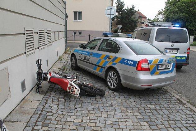 Policejní honička se odehrála ve čtvrtek dopoledne vhodonínských ulicích. Strážci zákona pronásledovali muže, který jel na motorce bez značek. Snažil se jim ujet. Jeho zběsilá jízda skončila uradnice.