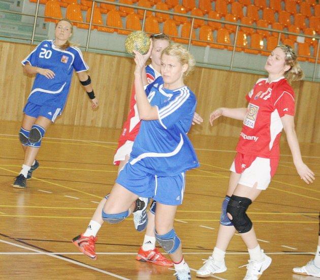 Také české juniorské házenkářky (v modrém) prohrály se Slovenskem