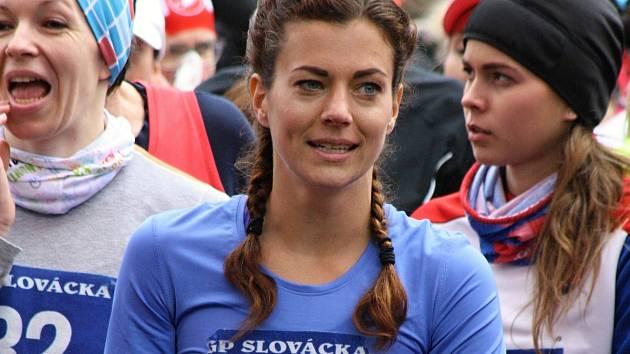 Česká reprezentantka Kristiina Mäki (na snímku se startovním číslem 1)  v rekordním čase ovládla čtrnáctý ročník Hodonínského krosu.