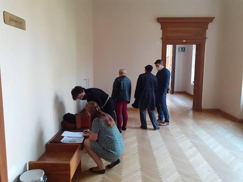 Exstarostka Čejče na Hodonínsku údajně zpronevěřila miliony. Mezi poškozenými jsou lidé i obec.