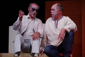 Principál a režisér divadelního souboru Svatopluk v Hodoníně Vladimír Jašek (vpravo)