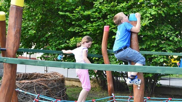 Děti v Mateřské škole ve Tvarožné Lhotě mají novou zahradu s řadou herních prvků.