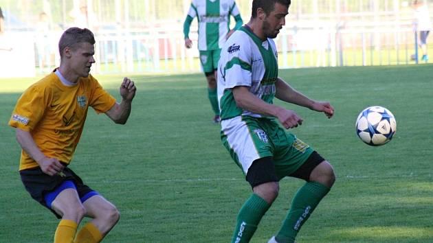 Bzenecký kapitán Petr Kasala (vpravo) zaznamenal proti Moravskému Krumlovu už čtyřiatřicátý gól sezony.