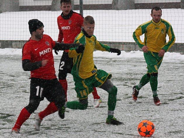 Fotbalisté divizního Hodonína (v červených dresech) ve druhém přípravném utkání proti Mutěnicím.