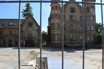 Zámek ve Bzenci po demolici provozních budov.