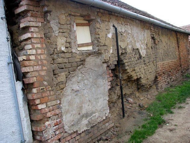 Zeď domu Haarových vypadá už velmi žalostně.