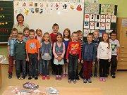 Žáci 1.A Základní a mateřské školy v Dolních Bojanovicích s paní učitelkou Alenou Zemanovou.