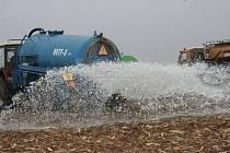 Sudoměřice: Protesty zemědělců, výlevání mléka do pole