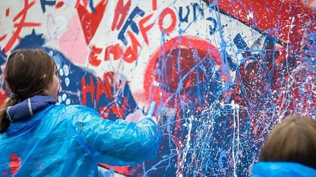 Příprava malby na zdi u domu dětí. Foto: archiv veselské radnice
