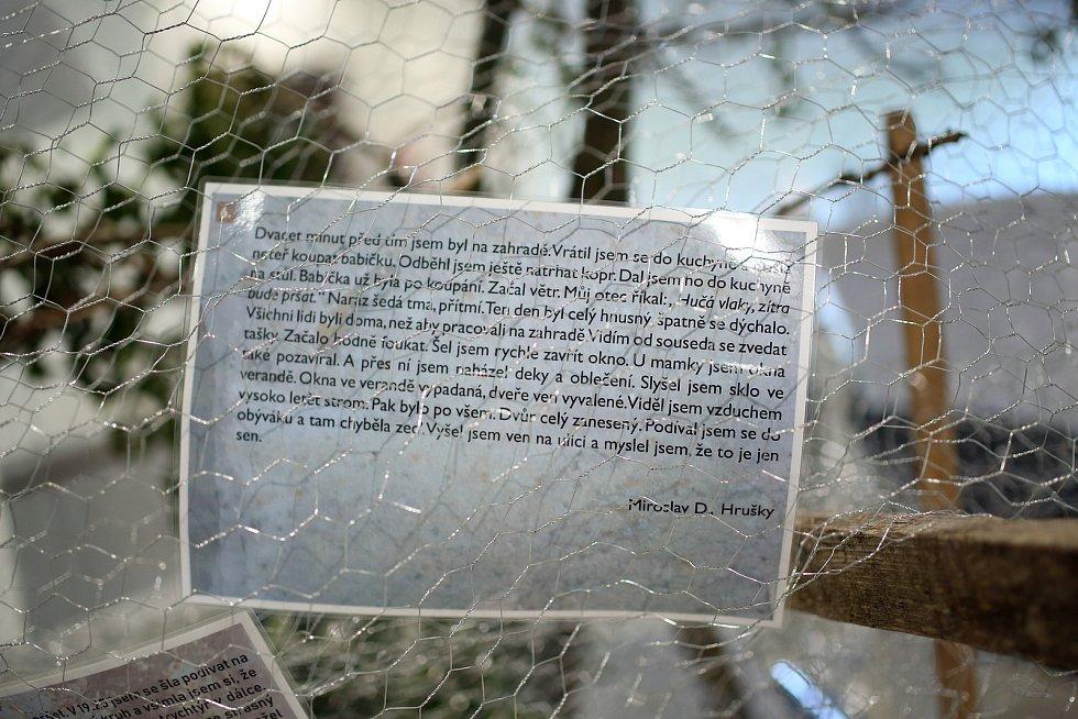 Výstava Šrámy Poluží ukazuje na desítkách příběhů sílu ničivého živlu, který zasáhl obce na Hodonínsku. Výstavu mohou návštěvníci shlédnout v hlavní budově Slovanského hradiště v Mikulčicích.