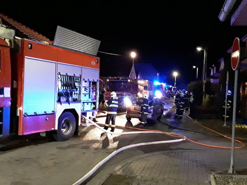 Požár střechy rodinného domu ohrožoval obyvatele Veselí nad Moravou.