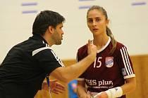 Trenér Radim Pernický (vlevo) skončil na střídačce veselských interligových házenkářek. Panenky do konce sezony povede Slovák Slavomír Varga.