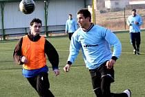 Fotbalisté Žarošic (v oranžových návlecích) prohrály na umělé trávě v Mutěnicích s Podivínem 1:3.