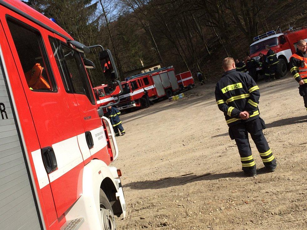 Krátce před polednem začalo hořet v lese u Javorníka nedaleko česko-slovenských hranic. Na místo vyjelo devatenáct jednotek hasičů včetně několika ze Zlínského kraje.