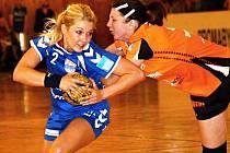 Veselská spojka Monika Rajnohová (v modrém) se i proti Mostu neustále snažila do zakončení.