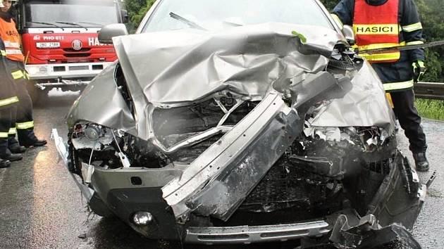 Při dopravní nehodě dvou osobních automobilů u Stražovic se zranili oba řidiči. Škoda je sto padesát tisíc korun.