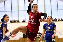 Veselská házenkářka Mária Olšovská (v červeném dresu) odehrála výborný zápas. Na výhře nad Michalovcemi se podílela sedmi góly.