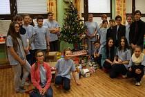 Krásné dárky naložili členové Dětského parlamentu z hodonínských základní škol pod vánoční stromeček klientkách a klientům Domova pro matky s dětmi.